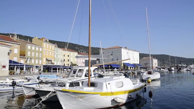 vídeos de stock, filmes e b-roll de ws sailing boats at harbor in old town / cres, island of cres, croatia - cres croácia