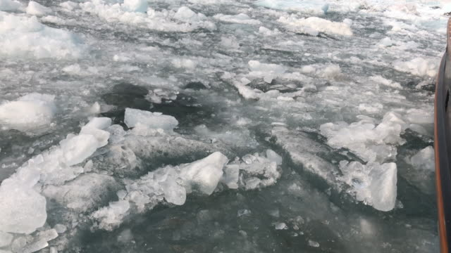 vídeos de stock e filmes b-roll de sailing in frozen icy water in alaska - gelo picado