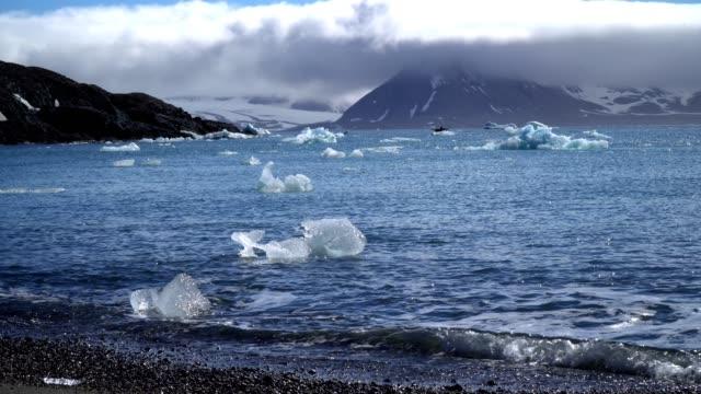 sailing in frozen sea, svalbard - スヴァールバル諸島点の映像素材/bロール