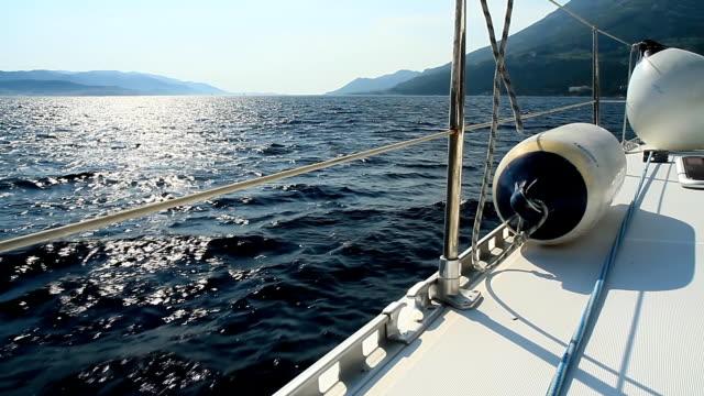 vidéos et rushes de hd dolly: navigation à voile dans la mer - voilier à moteur