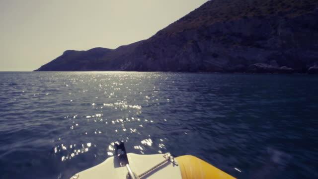 segeln in der nähe der küste. seemann pov - sprung wassersport stock-videos und b-roll-filmmaterial