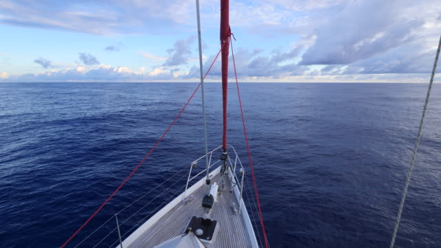 sailing on a sailboat boat in the pacific ocean. - slow motion - andare in barca a vela video stock e b–roll