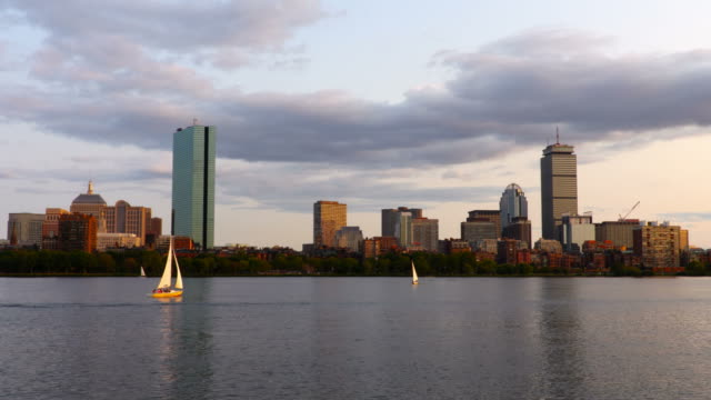 vídeos de stock e filmes b-roll de sailing on the charles river in boston - back bay boston