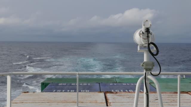 青い海にヨット客船