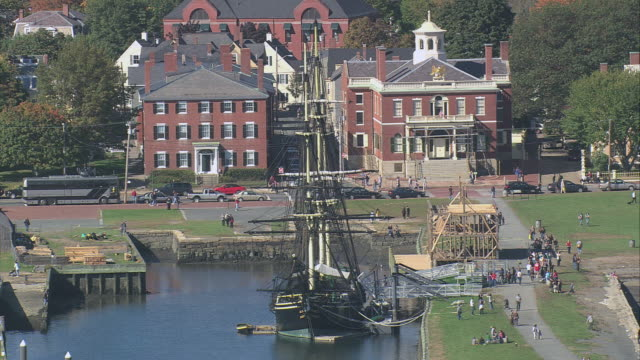 vidéos et rushes de aerial sailing ship friendship of salem docked, darby house and customs house beyond / salem, massachusetts, united states - massachusetts