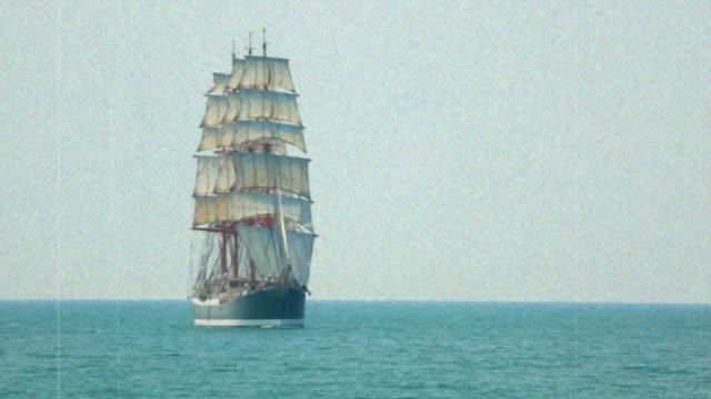 vídeos de stock e filmes b-roll de barco à vela - nautical vessel