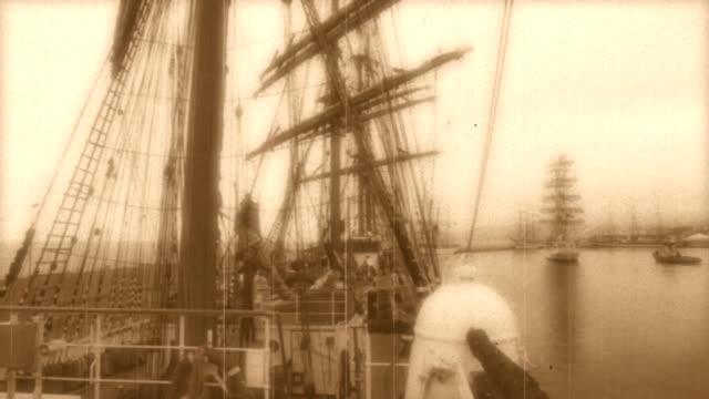 segeln schiffe im hafen-stilisierte alte film - schiffsmast stock-videos und b-roll-filmmaterial