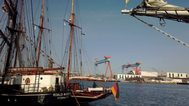 stockvideo's en b-roll-footage met sailing ships in the port of kiel. blue sky. summer. - tina terras michael walter