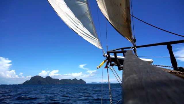 segling mot emerald cave (tam morakot), koh mook, andamansjön, trang, thailand. - kryssa bildbanksvideor och videomaterial från bakom kulisserna