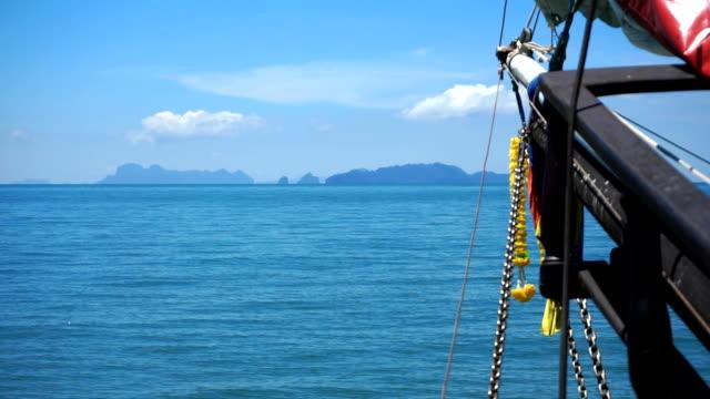 segling mot ko ngai, ko ko chueak, andamansjön och ko mook, ma, trang, thailand. - kryssa bildbanksvideor och videomaterial från bakom kulisserna