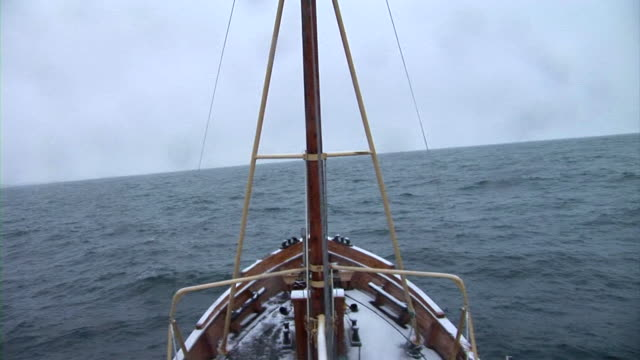 vídeos de stock, filmes e b-roll de definição de intervalo de tempo: navegação à vela - plano médio