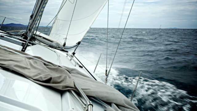 vidéos et rushes de hd:  navigation à voile - voile de bateau