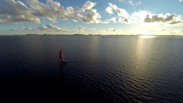 segeln mit sailoboat bei sonnenuntergang - segelmannschaft stock-videos und b-roll-filmmaterial