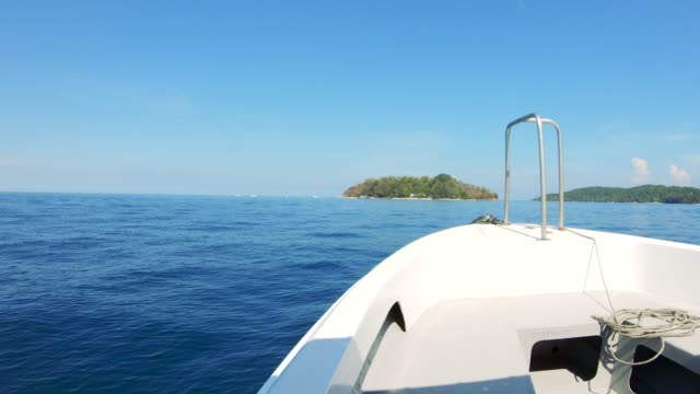 vidéos et rushes de sailing with speedboat - voilier à moteur