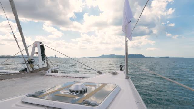 vídeos y material grabado en eventos de stock de yate de vela que conduce a través del mar en un día soleado. - embarcación de recreo