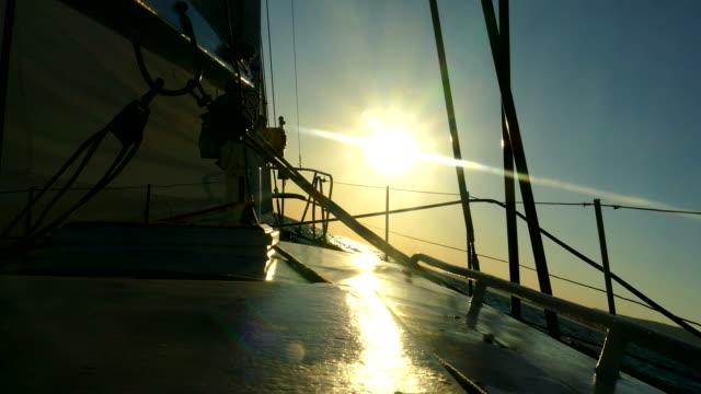 segelyacht gehen bis zum sonnenuntergang - regatta stock-videos und b-roll-filmmaterial