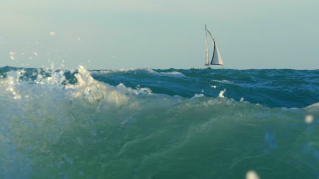 yacht a vela nel mare tempestoso - barca da diporto video stock e b–roll