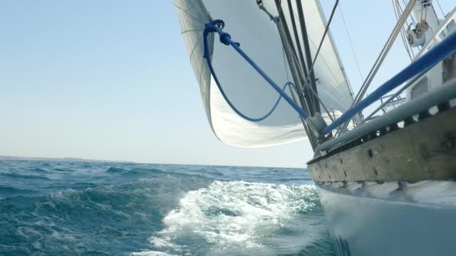 segelyacht ist in voller segel - schiffsmast stock-videos und b-roll-filmmaterial