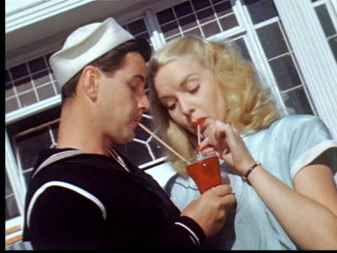 vídeos y material grabado en eventos de stock de 1943 ms sailor + girlfriend drink soda from one glass w/ two straws / coney island, new york city, usa - citas románticas