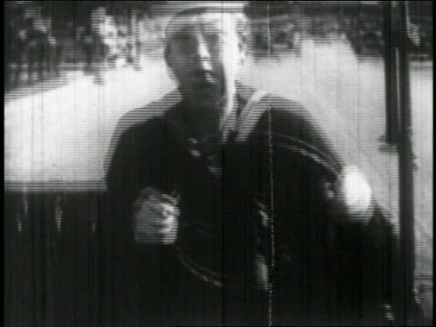 vidéos et rushes de b/w 1927 sailor (bill blaisdell) in car driving recklessly on street + ducking head in fear / feat. - marinière