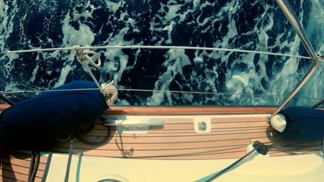 sjöman på en yacht. kryss - kryssa bildbanksvideor och videomaterial från bakom kulisserna