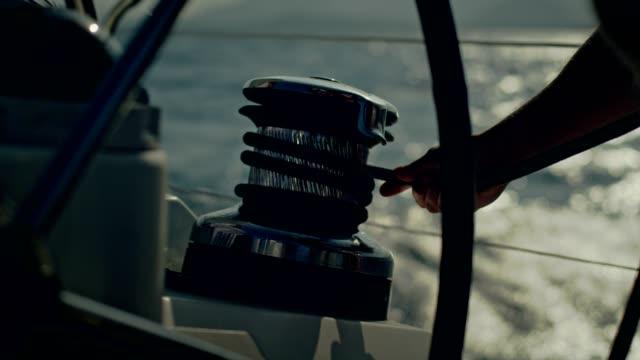 matrose auf einer yacht. heften - segelmannschaft stock-videos und b-roll-filmmaterial
