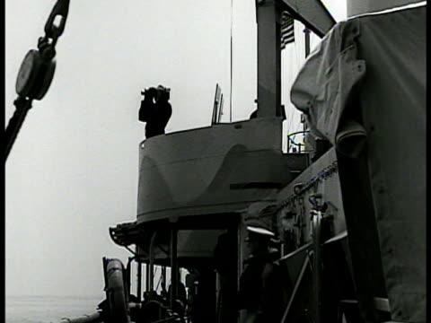 vidéos et rushes de sailor signaling blinker light la ws sailor on balcony deck looking out w/ binoculars la ws men on deck ha ms stern wake of battleship ha ms spotter... - marine