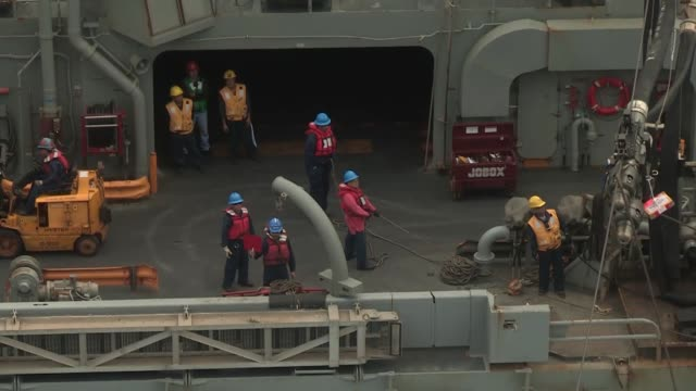 sailors and marines conduct a replenishment at sea aboard the aircraft carrier uss nimitz alongside usns rainier - tanken stock-videos und b-roll-filmmaterial