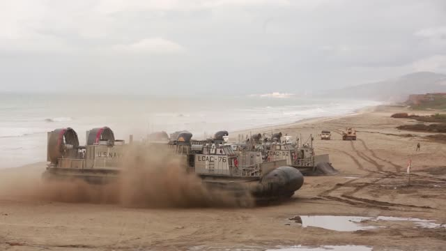 us sailors and marines conduct an amphibious breach training marine corps base camp pendleton california january 12 2019 - veicolo militare terrestre video stock e b–roll