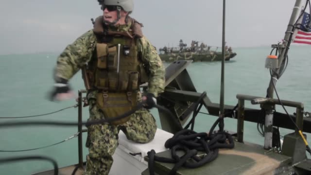 vídeos de stock e filmes b-roll de sailors assigned to commander, task group 56.7 conduct riverine command boat tow drills in the arabian gulf. ctg-56.7 provides a multi-mission... - oficial posto militar