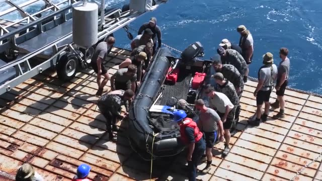 sailors assigned to the amphibious dock landing ship uss harpers ferry , explosive ordnance disposal mobile unit, the united kingdom's royal navy,... - marinaio video stock e b–roll