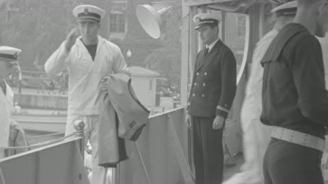 stockvideo's en b-roll-footage met ms sailors boarding in boat and salute senior - salueren