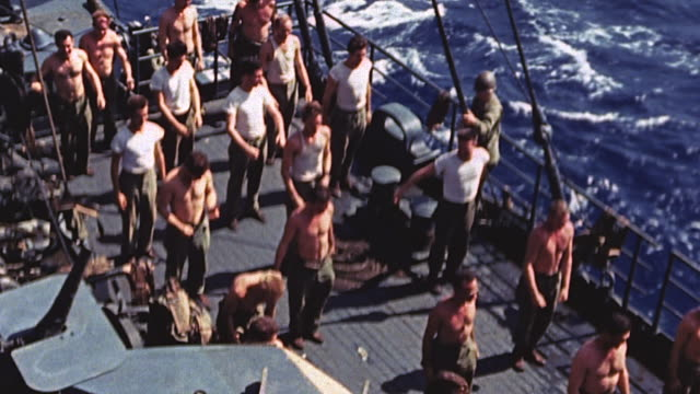 vidéos et rushes de sailors performing physical exercises in ranks on the deck of a warship underway during world war ii / makin islands gilbert islands - marin