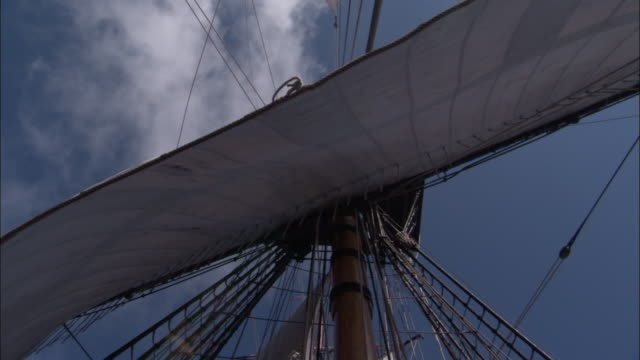 vídeos y material grabado en eventos de stock de sails billow and flap in breeze on replica of hms endeavour. - réplica