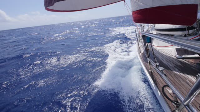 vidéos et rushes de sails on a sailboat boat in the pacific ocean. - slow motion - voilier