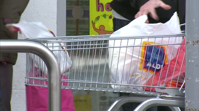 vídeos de stock e filmes b-roll de sainsbury's annual results have shown the slowest profits growth for a decade shows people shopping inside various busy supermarkets with stocked... - sainsburys