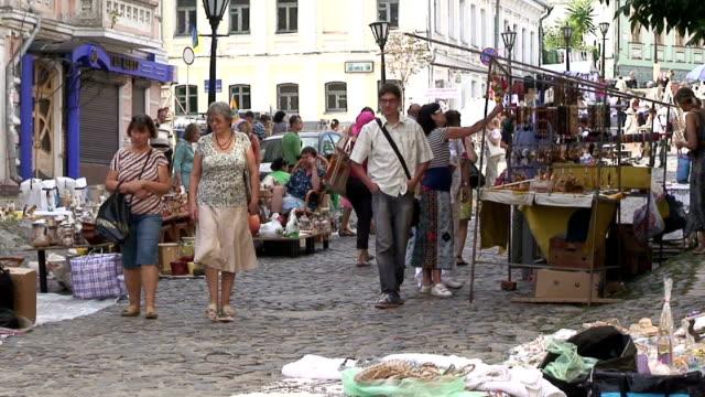 vídeos de stock, filmes e b-roll de saint andrew's antique market in kiev, ukraine, shot on august 25th, 2011. - mercado das pulgas