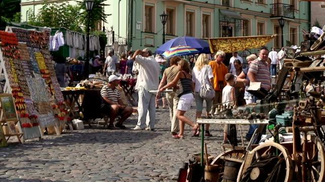 vidéos et rushes de saint andrew's antique market in kiev, ukraine, shot on august 25th, 2011. - brocante
