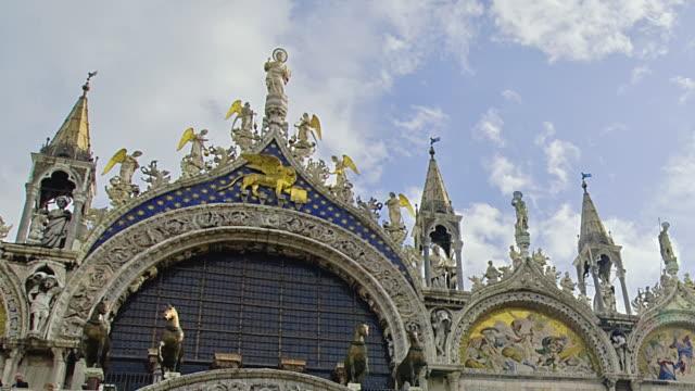 t/l cu pan la saint mark's basilica against sky, venice, italy - mar bildbanksvideor och videomaterial från bakom kulisserna