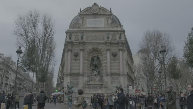 saint michael archangel monument, paris - 天使ミカエル点の映像素材/bロール