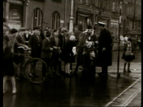 stockvideo's en b-roll-footage met saint nicholas and zwarte piet riding at snail's pace on motorbike through amsterdam and are chased by dozens of children / amsterdam noordholland... - noord holland