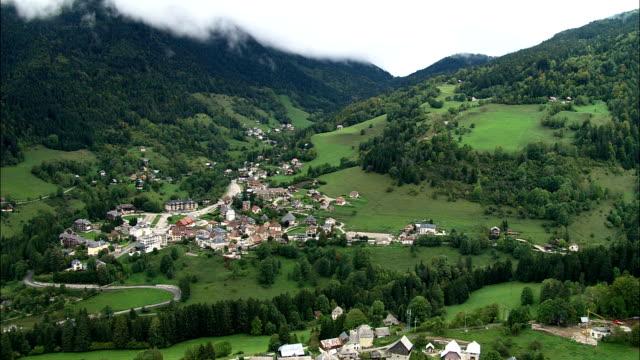 vídeos de stock, filmes e b-roll de saint-pierre de chartreuse-de-vista aérea-ródano-alpes, isère, arrondissement de grenoble, frança - rhône alpes