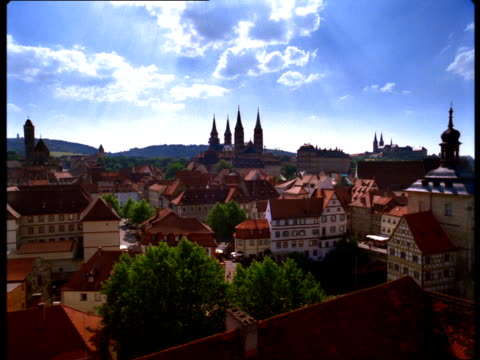 vidéos et rushes de saints peter and george cathedral and the altes rathaus rise above bamberg, germany. - rathaus