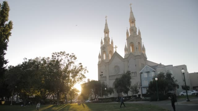 saints peter and paul church at sunset, san francisco, california, united states of america, north america - spira tornspira bildbanksvideor och videomaterial från bakom kulisserna