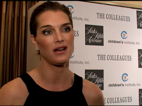 saks fifth avenue honors brooke shields and chris henchy at the colleague's annual spring luncheon, beverly hills, ca: 4/10/07 in hollywood,... - ブルック シールズ点の映像素材/bロール