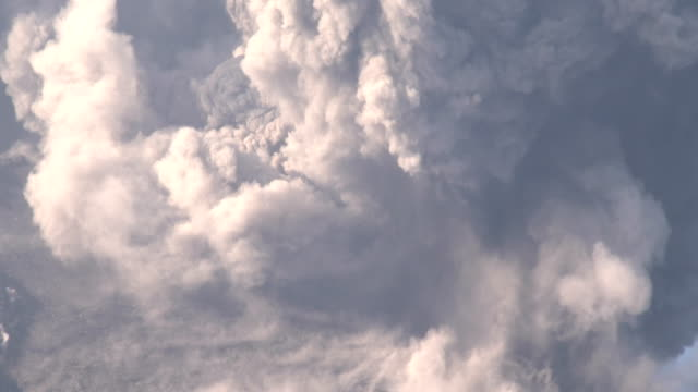 vidéos et rushes de sakurajima volcano erupts violently with a large explosive eruption sending a large cloud of volcanic ash into the sky. - cloud sky