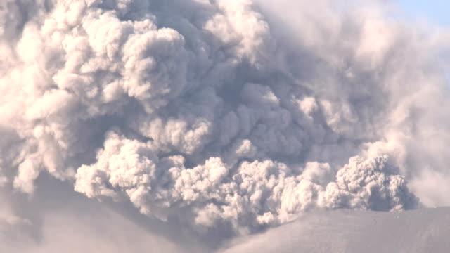 vidéos et rushes de sakurajima volcano in japan erupts sending an ash plume into the sky - brasier