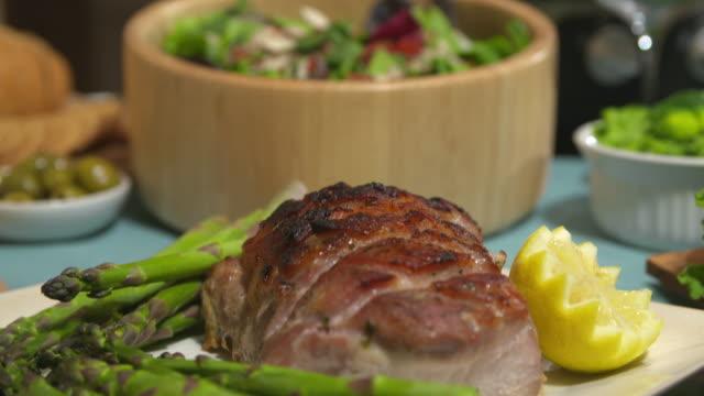 Salat-Schüssel-Tilt bis Schweinebraten hautnah