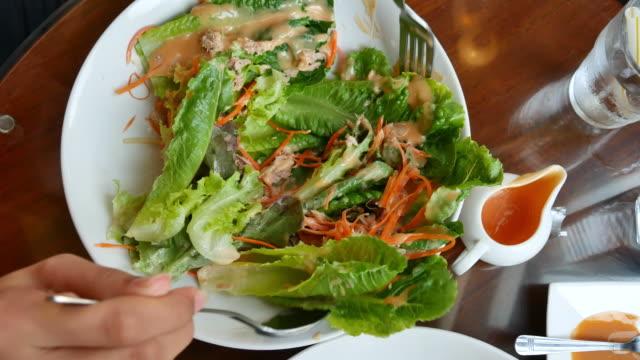 サラダのボウルに注いでサラダ クリーム - シェーブルチーズ点の映像素材/bロール