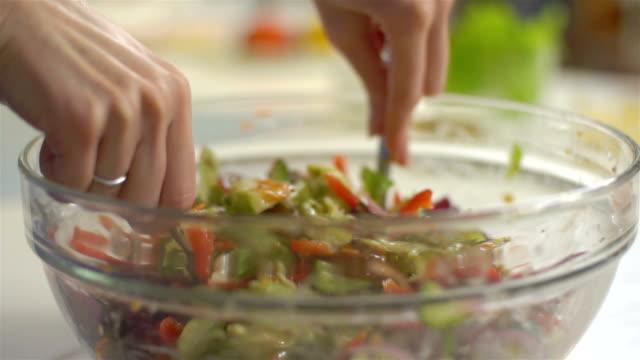 Salat mischen, Slo-mo